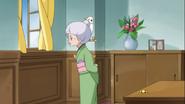 Mitsuya termina de limpiar y espera a que llegue Yuko