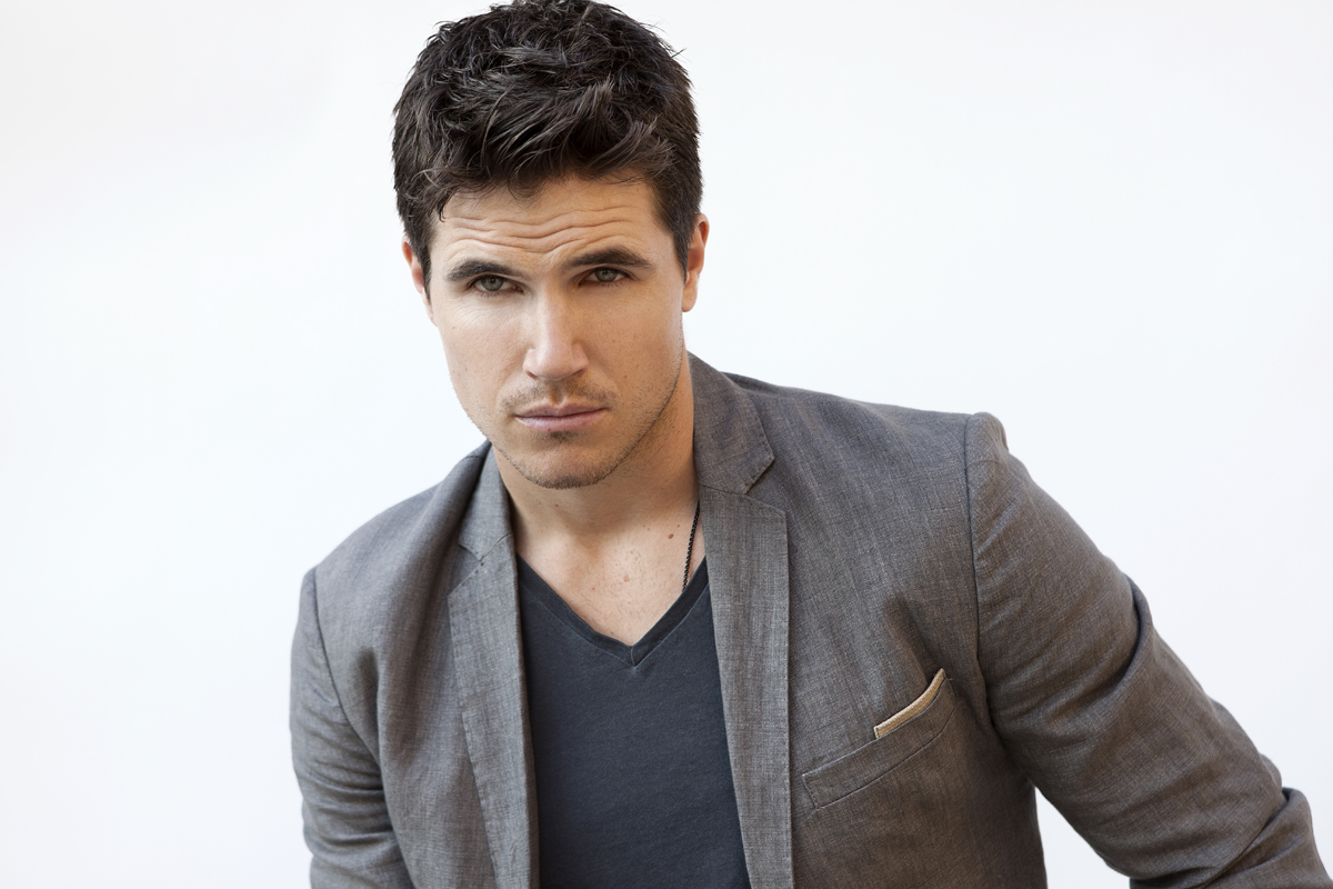 Watch Robbie Amell video