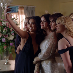 Alex taking a selfie with the Liars while posing as Spencer