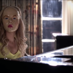 Mona is wearing the Ali mask in A's dollhouse so she could pretend to be Ali.