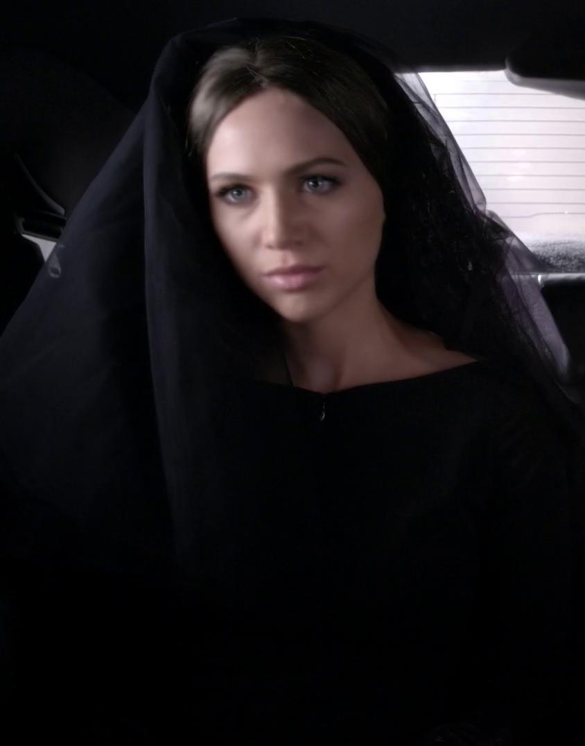 The woman in the black coat en espanol