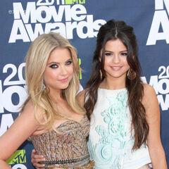 Ashley Benson con Selena Gomez