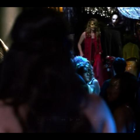 Chica rubia de pelo rizado en vestido rojo