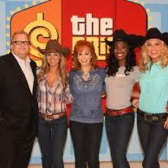 Drew & the models, dressed in cowgirl attire, pose in a group photo with Country Music Superstar Reba McEntire.