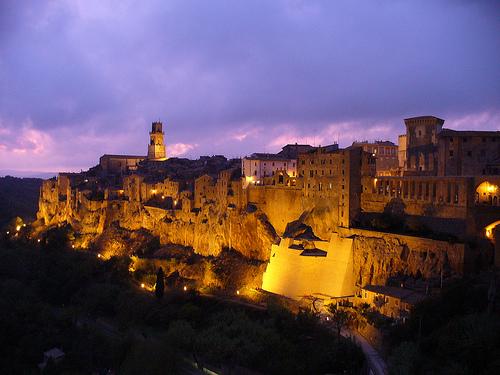 File:Pitigliano (GR) by night.jpg