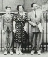Chomsky young with parents (fair-use)