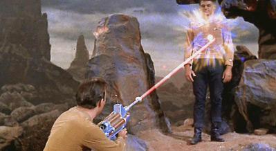 Arquivo:Kirk atira em Mitchell com um rifle de fêiser.jpg