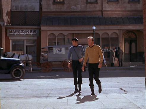 Arquivo:Kirk-Spock em 1930.jpg