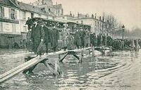 ND 141 - PARIS - La Grande Crue de la Seine - Rétablissement de la circulation par passerelles au Quai de Passy inondé