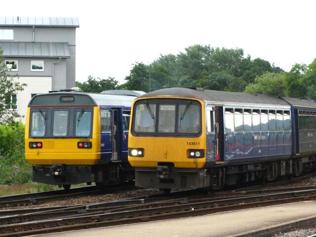 File:Exeter St Davids - FGW 142064 and 143611.jpg
