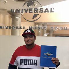Aczino, tras firmar con la discográfica Universal Studios.