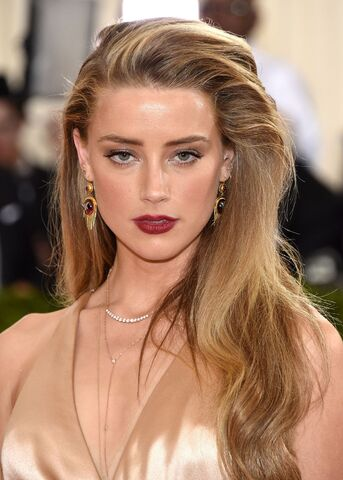 File:Amber-heard-met-costume-institute-gala-2016-in-new-york-25.jpg