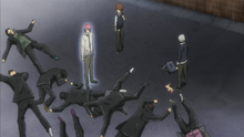 G derrota a un grupo de matones