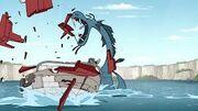 El mosntruo destruyendo el bote