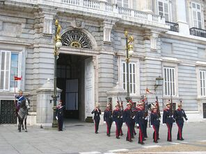800px-Changing of the Guard, Royal Palace of Madrid - foot 1