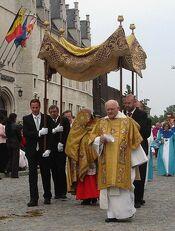 Allerheiligste gedragen door Kardinaal Danneels, mechelen