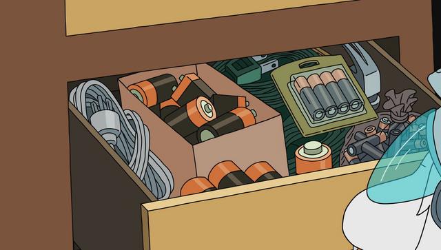 Plik:S1e2 battery drawer.png