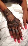 Rs 634x1024-131029152716-634.rihanna-henna.ls.102913