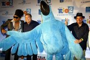 18mar2014---o-personagem-blu-posa-com-carlinhos-brown-boni-e-sergio-mendes-dir-no-tapete-vermelho-da-premiere-do-filme-rio-2na-cidade-das-artes-na-barra-da-tijuca-no-rio-1395231819481 750x500