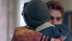RD-Caps-2x01-A-Kiss-Before-Dying-43-Archie-Jughead-hug