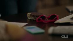 RD-Caps-2x03-The-Watcher-in-the-Woods-62-Geraldine-Grundy-glasses-Fred-wallet