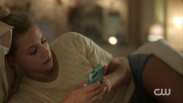 File:Season 1 Episode 2 A Touch of Evil Betty in bed and on her phone.png