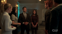 RD-Caps-2x03-The-Watcher-in-the-Woods-38-Betty-Veronica-Hiram-Hermione-Archie-Jughead