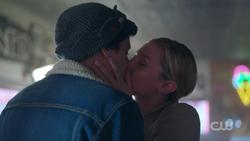 RD-Caps-2x05-When-a-Stranger-Calls-58-Betty-Jughead-kiss