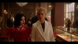 KK-Caps-1x10-Gloria-40-Katy-Gloria