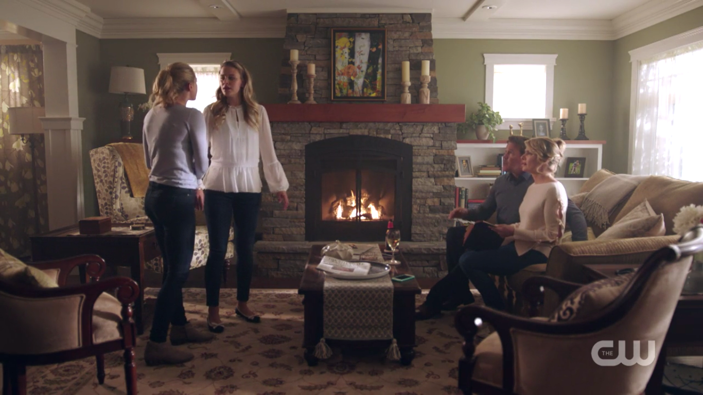 https://vignette.wikia.nocookie.net/riverdalearchie/images/c/ca/RD-Caps-2x03-The-Watcher-in-the-Woods-81-Betty-Polly-Alice-Hal.png/revision/latest?cb=20171026212001
