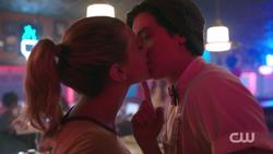 RD-Caps-2x02-Nighthawks-120-Betty-Jughead-kissing