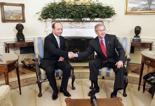Bestand:Basescu with bush.jpg