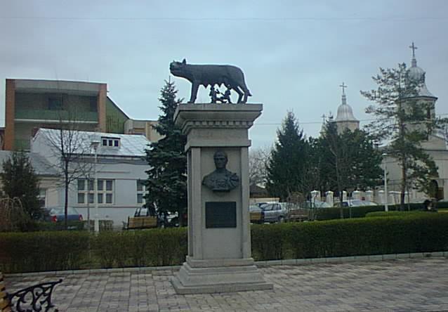 Fișier:Statuia Lupoaicei.jpg