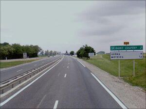 La D29 à 2 km de l'aéroport de Saint-Exupéry