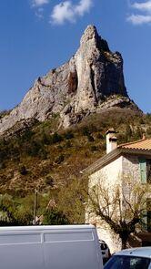 Rocher surplomblant le village d'Orpierre (05)