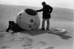 Escape pod in desert 365days
