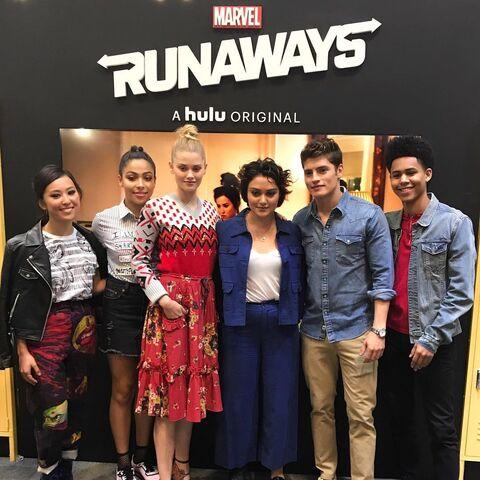 File:Runaways Cast Lyrica Okano, Allegra Acosta, Virginia Gardner, Ariela Barer, Gregg Sulkin, and Rhenzy Feliz at NYCC 10-7-17.jpg