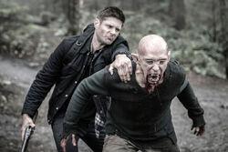Dean kämpft gegen einen Vampir in der alternativen Welt