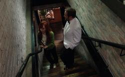 Rowena und Crowley im Restaurant