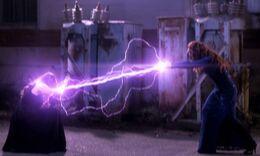 Rowena attackiert Amara