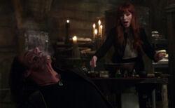 Rowena hilft Crowley bei Luzifer