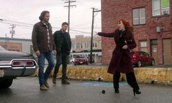 Rowena entkommt Sam und Dean