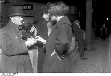 Bundesarchiv Bild 102-07741, Berlin, 'Koks Emil' der Kokain-Verkäufer