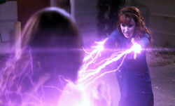 Rowena attackiert Amara 02