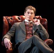 Gregory Wooddell als Holmes