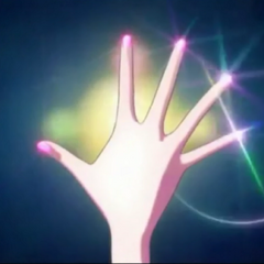 Las uñas de Usagi brillan al iniciar la transformación.