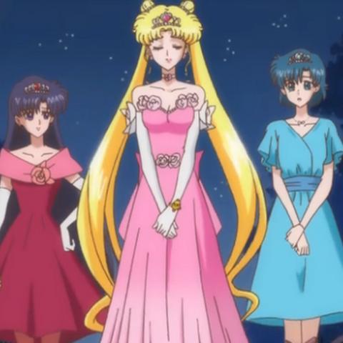 Las chicas vestidas elegantemente para entrar al baile
