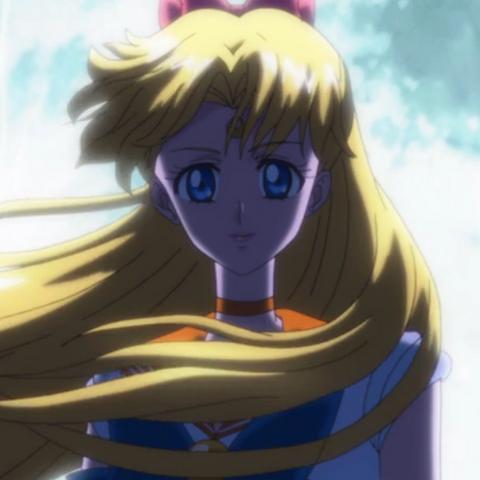 Usando el traje de Sailor Venus