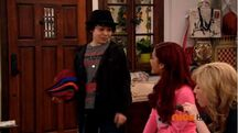 Dice selling hats with misspelled printings to Sam and Cat