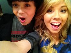 Cameron and Jennette making faces for the camera
